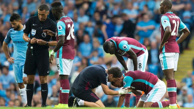 west-ham-manchester-city-sergio-aguero-winston-reid-treatment_3774730