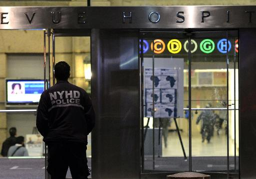 ©afp.com / Timothy A. Clary A police officer guards the entrance to New York's Bellevue Hospital on October 23, 2014 after a doctor who recently returned from West Africa was rushed in with Ebola symptoms
