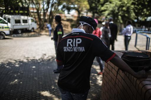 ©afp.com / Gianluigi Guercia Mourners wearing Orlando Pirates Football Club jerseys arrive to attend a memorial for the late National Team Captain and Orlando Pirates goalkeeper Senzo Meyiwa in Johannesburg Central District on October 30, 2014