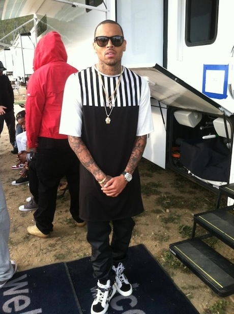 Black-Long-T-Shirt-–-Black-and-White-Striped-Chest-beat-it-video-fashoin-bomb-daily-Chris-Brown-Wearing-byHOT-Black-and-White