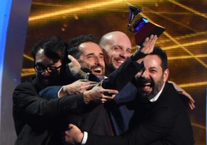 Jorge Drexler (2nd L) accepts the Grammy for Record of the Year during the 15th Annual Latin Grammy Awards on November 20, 2014, in Las Vegas, Nevada (AFP) photo: Mark Ralston