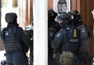 Heavily armed police are seen outside Lindt Cafe in the central business district of Sydney, on December 15, 2014 (AFP) photo: Saeed Khan
